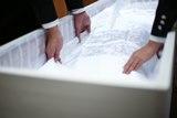 故人様をお棺に収める納棺の儀を行います